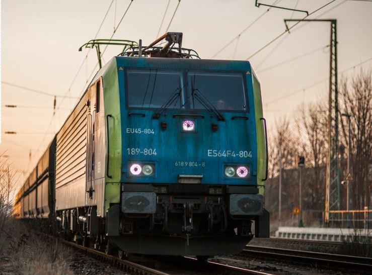 Raport: Żegluga czy kolej? Perspektywy rozwoju zrównoważonego transportu w Polsce do 2050 roku.